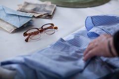Vrouw wat betreft een oud overhemd Stock Fotografie