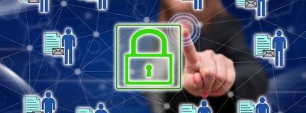 Vrouw wat betreft een persoonlijk gegevensbeveiligingconcept royalty-vrije stock afbeelding