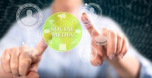 Vrouw wat betreft een sociaal media concept stock afbeelding