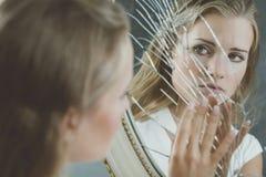 Vrouw wat betreft gebroken spiegel royalty-vrije stock fotografie