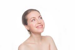 Vrouw wat betreft haar gezicht Zuiver Schoonheidsmodel stock afbeelding