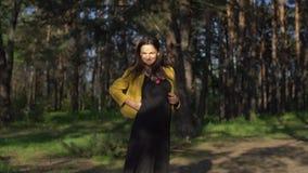 Vrouw wat betreft haar zwangere buik stock videobeelden