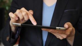 Vrouw wat betreft het scherm en het doorbladeren op tablet stock videobeelden