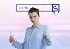 Vrouw wat betreft lucht en holdingsglastablet met de heldere achtergrond van de onderzoeksbar Stock Afbeeldingen