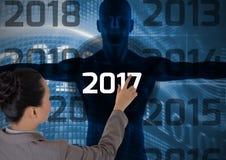 Vrouw wat betreft 2017 op 3D digitaal geproduceerd menselijk lichaamssilhouet Stock Afbeelding