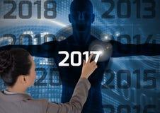 Vrouw wat betreft 2017 op 3D digitaal geproduceerd menselijk lichaamssilhouet Stock Foto's