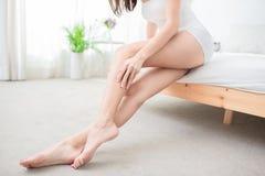 Vrouw wat betreft perfecte geschoren benen stock foto's