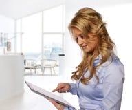 Vrouw wat betreft tabletcomputer Stock Foto's