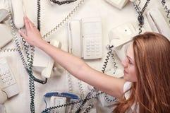 Vrouw wat betreft uitstekende telefoon Stock Fotografie