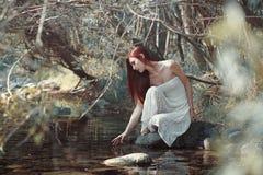 Vrouw wat betreft water in een stroom royalty-vrije stock afbeeldingen