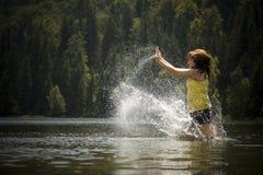 Vrouw in water stock afbeeldingen