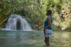 vrouw, Watervallen van Llano Grande, Huatulco, Oaxaca México royalty-vrije stock foto