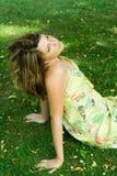 Vrouw in weide Stock Fotografie