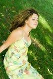 Vrouw in weide Stock Foto's
