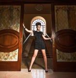 Vrouw in weinig zwarte kleding Royalty-vrije Stock Fotografie