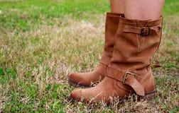 Vrouw in westelijke laarzen van vloermening Stock Afbeeldingen