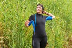 Vrouw in wetsuit Stock Foto