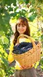 Vrouw in wijngaard Stock Foto