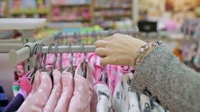Vrouw in winkel, babyopslag stock footage