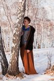 Vrouw in winters berkbosje Royalty-vrije Stock Fotografie