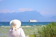 Vrouw in wit bij Garda-Meerkust Noordelijk Italië royalty-vrije stock fotografie