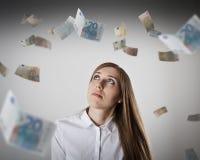 Vrouw in wit en Euro Stock Afbeeldingen