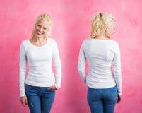 Vrouw in wit lang kokeroverhemd op roze achtergrond stock afbeeldingen