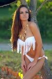 Vrouw in witte bikini die in openlucht stellen Royalty-vrije Stock Fotografie