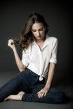 Vrouw in witte blouse en jeans Stock Foto