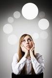 Vrouw in witte en grijze bellen Stock Foto's