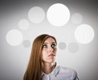 Vrouw in witte en grijze bellen Stock Fotografie
