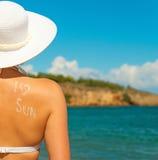 Vrouw in witte hoed tegen overzees Stock Foto
