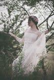 Vrouw in witte kanten kleding Royalty-vrije Stock Afbeelding