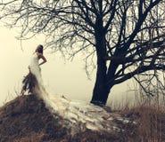 Vrouw in witte kleding Stock Afbeeldingen