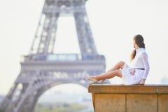 Vrouw in witte kleding dichtbij de toren van Eiffel in Parijs, Frankrijk Royalty-vrije Stock Afbeelding