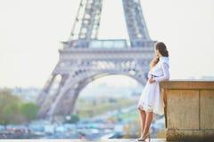 Vrouw in witte kleding dichtbij de toren van Eiffel in Parijs, Frankrijk Royalty-vrije Stock Foto's
