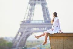 Vrouw in witte kleding dichtbij de toren van Eiffel in Parijs, Frankrijk Stock Fotografie