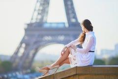Vrouw in witte kleding dichtbij de toren van Eiffel in Parijs, Frankrijk Stock Foto