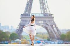 Vrouw in witte kleding dichtbij de toren van Eiffel in Parijs, Frankrijk Stock Afbeelding