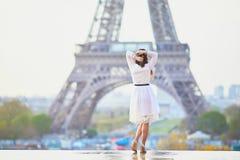 Vrouw in witte kleding dichtbij de toren van Eiffel in Parijs, Frankrijk Royalty-vrije Stock Afbeeldingen
