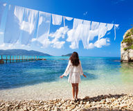 Vrouw in witte kleding die zich op strand bevinden Royalty-vrije Stock Fotografie