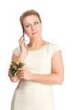 Vrouw in witte kleding met mobiel Royalty-vrije Stock Foto's