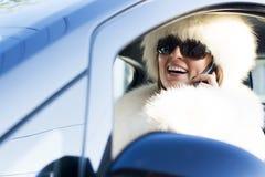 Vrouw in witte laag op telefoon het glimlachen Royalty-vrije Stock Foto