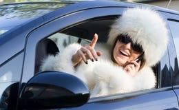 Vrouw in witte laag op telefoon het glimlachen Royalty-vrije Stock Afbeelding