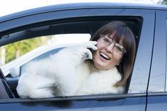 Vrouw in witte laag op telefoon het glimlachen Stock Afbeeldingen