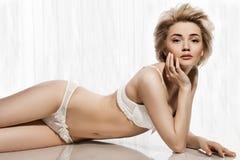 Vrouw in witte lingerie Stock Foto's