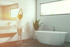 Vrouw, witte minimalistic badkamershoek, venster Royalty-vrije Stock Afbeelding