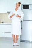 Vrouw in witte robe het drinken koffie Royalty-vrije Stock Afbeeldingen