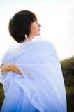 Vrouw in witte stoffen openlucht Royalty-vrije Stock Afbeeldingen