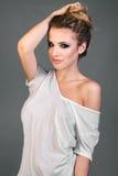 Vrouw in witte t-shirt royalty-vrije stock afbeeldingen